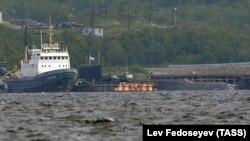 """Атомната подводница БС-136 """"Оренбург"""", която е лодката-транспортьор на пламналия """"Лошарик""""."""