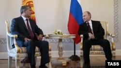Президент Кыргызстана Алмазбек Атамбаев и президент России Владимир Путин (слева направо) во время встречи.