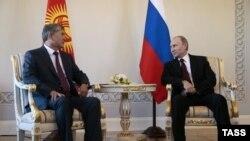 Vladimir Puytin (djathtas) gjatë takimit të sotëm me presidentin e Kirgizisë Almazbek Atambaev