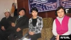 Маалымат жыйынында. Оңдо - депутат Р. Отунбаева, ортодо - Э.Турганбаева. Бишкек ш. 2010-жылдын 25-январы.