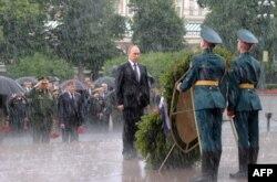 Ruski predsjednik Vladimir Putin stoji ispred spomenika, Grob neznanog vojnika, tokom obilježavanja 76. godišnjice nacističke invazije na Sovjetski Savez, 22. juni 2017. Foto: Aleksei Druzhinin/Kremlin via Reuters