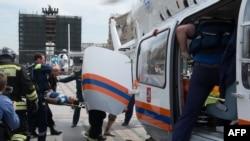 Спасатели увозят пострадавших в аварии в метро на вертолете. Москва, 15 июля 2014 года.