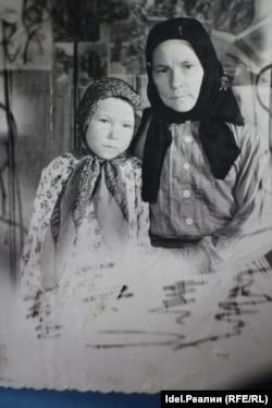 Выжившая в пожаре девочка Алевтина Бородина с мамой. После года лечения и реабилитации в Москве она решила поступить в медицинское отделение