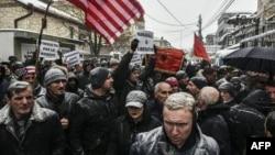 Харадинайдын тарапкерлери Франциянын Приштинадагы элчилигинин алдында нааразылык билдирип чыгышты, 6-январь 2017-жыл.