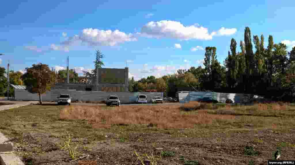 На этом месте строят спортивно-оздоровительный комплекс «Нельсон» и другие сопутствующие объекты.