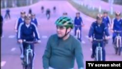 Президент Туркменистана Гурбангулы Бердымухамедов во время одного из велопробегов.