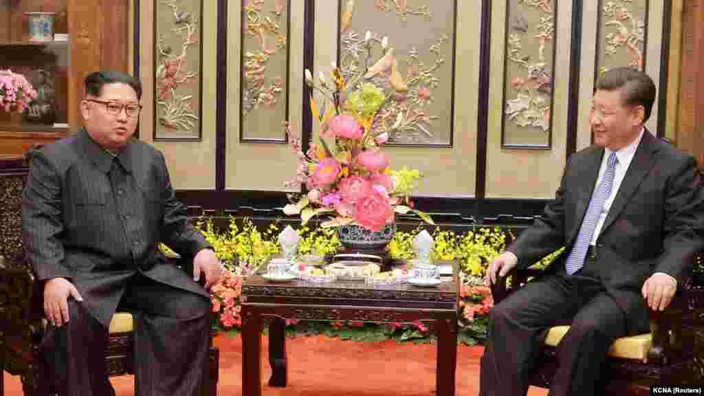 Согласно китайскому информационному агентству Xinhua, Ким Чен Ын сообщил китайскому лидеру о готовности к проведению диалога с Соединенными Штатами, встрече с президентом США Дональдом Трампом и денуклеаризации Северной Кореи.