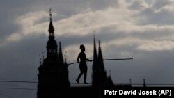 Франциялык Татьяна-Мосио Прагадагы Влтава дарыясынын үстүнөн тартылган жиптен басып өтүп, эл аралык цирк фестивалынын ачылышын жарнамалоодо.