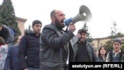 Ակտիվիստ Արմեն Մայիլյանը Վանաձորում ապրիլի 21-ի բողոքի ակցիայի ժամանակ