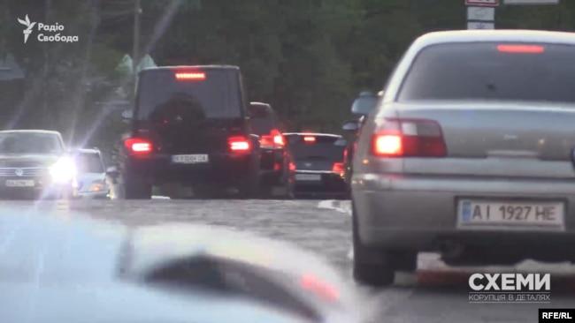 Замість того, щоб стояти в заторі в годину пік, авто з кортежу Суркіса перетнули подвійну суцільну, виїхали на зустрічну смугу і рушили проти напрямку транспорту