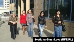 Родственницы заключенных идут в генеральную прокуратуру. Астана, 24 мая 2013 года.