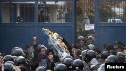Шерушілер Ұлыбритания елшілігіндегі елтаңбаны алып тастады. Тегеран, 29 қараша, 2011 жыл.