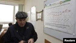 Жекеменшік жинақтаушы зейнетақы қорына келген адам. Алматы, 2013 жыл. Жеке қорларды Бірыңғай жинақтаушы зейнетақы қорына 2014 жылы қосты.