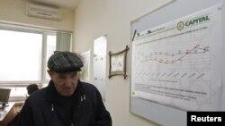 """Вкладчик НПФ """"Капитал"""" в офисе пенсионного фонда. Алматы, 24 января 2013 года."""