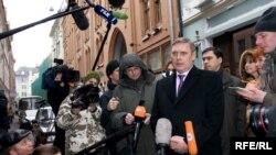 И после отказа в регистрации Михаилу Касьянову не удается встретиться со сторонниками в заранее арендованных помещениях
