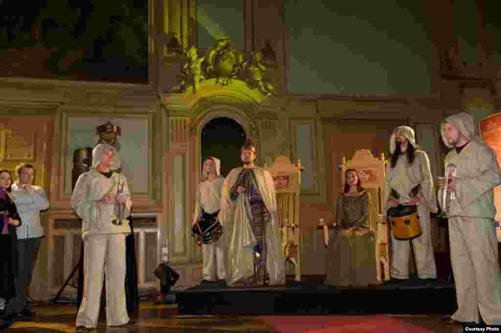 Kralj i kraljica kreću u pohod kraljevskim gradovima... - Srednjevjekovni muzičari zabavljali su kralja i kraljicu na ispraćaju...
