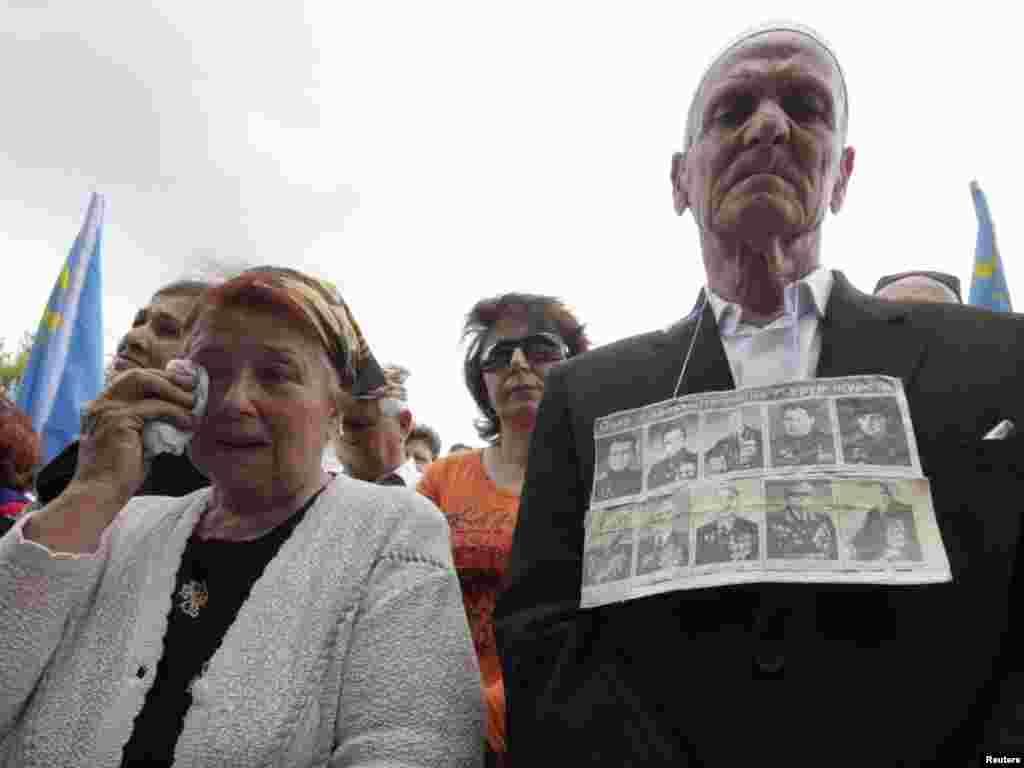 Рік 2010-й, Сімферополь, площа Леніна. Кримські татари спростовують радянські і російські міфи про «дезертирів» та «колабораціоністів». На грудях у учасника мітингу – портрети кримських татар – Героїв Радянського Союзу і кавалерів Ордена Слави