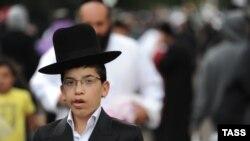 """ADL-yň """"Global 100-lik: Antisemitizm görkezijisi"""" atly pikir soralyşygy 102 ýurtda 53100 adamyň arasynda geçirilipdir."""