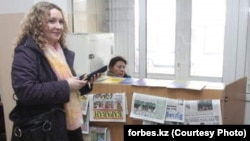 Главный редактор газеты «Голос республики» Татьяна Трубачева стоит в фойе Медеуского районного суда. Алматы, 27 ноября 2012 года. Фото с веб-сайта Forbes.kz.