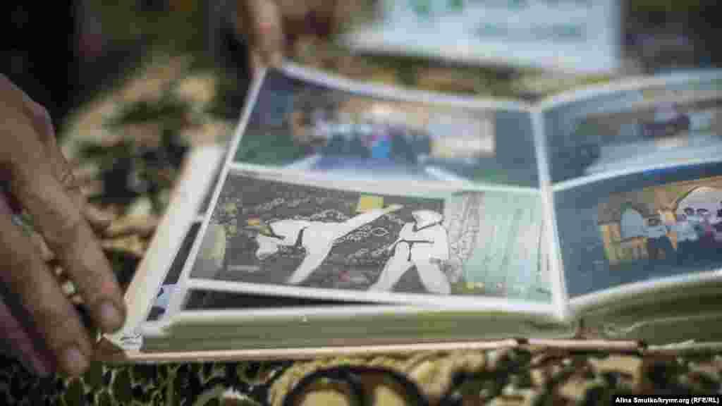 Фотографии из семейного архива Абдуллаевых. Теймур и Алиме в кимоно, мужчина показывает супруге основы борьбы