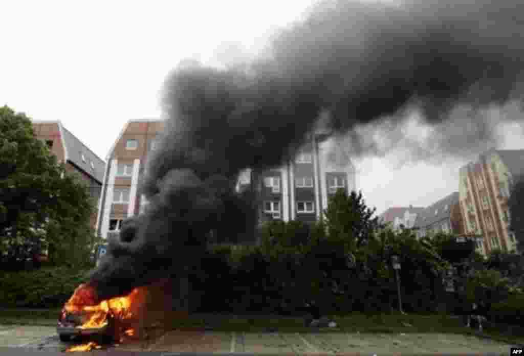 مخالفان چندین خودرو را به آتش کشیدند