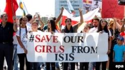 Єзиди на акції протесту у Швейцарії «Врятуйте наших дівчат від «Ісламьскої держави», серпень 2015 року