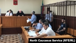 Абдулмумин Гаджиев в суде в Махачкале (на фото – крайний справа)