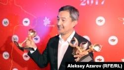 Режиссер фильма «В эпицентре мира» Акан Сатаев со статуэтками кинопремии «Тулпар», полученными за его фильм «Районы». Алматы, 22 сентября 2017 года.