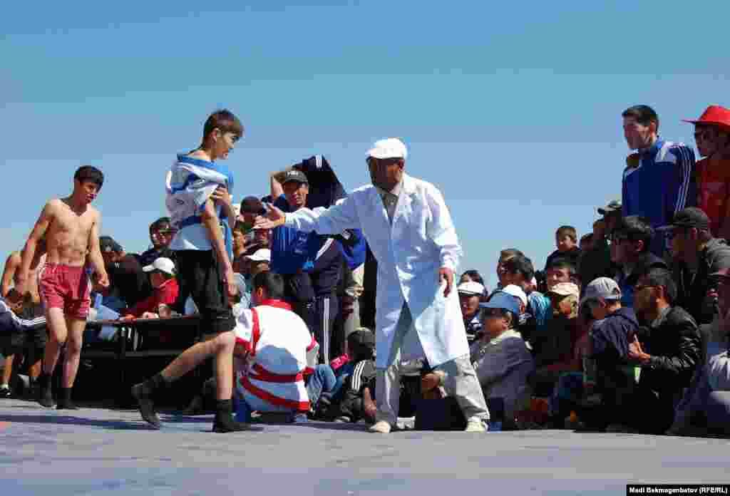 Некоторые участники борьбы покидали ковер из-за травм.