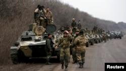 Українські вояки відводять важке озброєння, неподалік Дебальцева, 26 лютого 2015 року