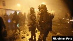 Сутички міліції та мітингувальників на Майдані в ніч з 18 на 19 лютого