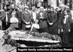 The Bujdo family together at Piotr's funeral in the 1930s