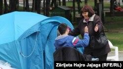 Protesta e prindërve dhe fëmijëve me nevoja të veçanta para Parlamentit në Shkup.