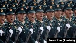Китайские военные на столичной площади Тяньаньмэнь на военном параде по случаю 70-й годовщины со дня образования Китайской Народной Республики (КНР). Пекин, 1 октября 2019 года.