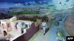 Ауғанстан мұражайы қызметкері совет-ауған соғысын бейнелейтін экспонаттар қасынан өтіп барады. Ауғанстан, Герат, 27 сәуір 2012 жыл.