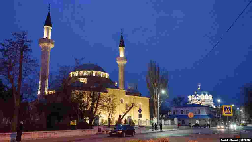 Два головні храми міста– соборна мечеть Джума-Джамі та православний Свято-Миколаївський собор