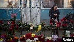 Цветы на месте взрыва троллейбуса
