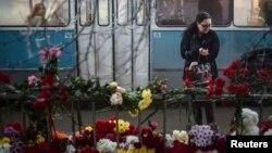 Цветы на месте взрыва в троллейбусе в Волгограде. Декабрь 2013 года
