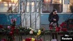 К местам терактов продолжают нести цветы