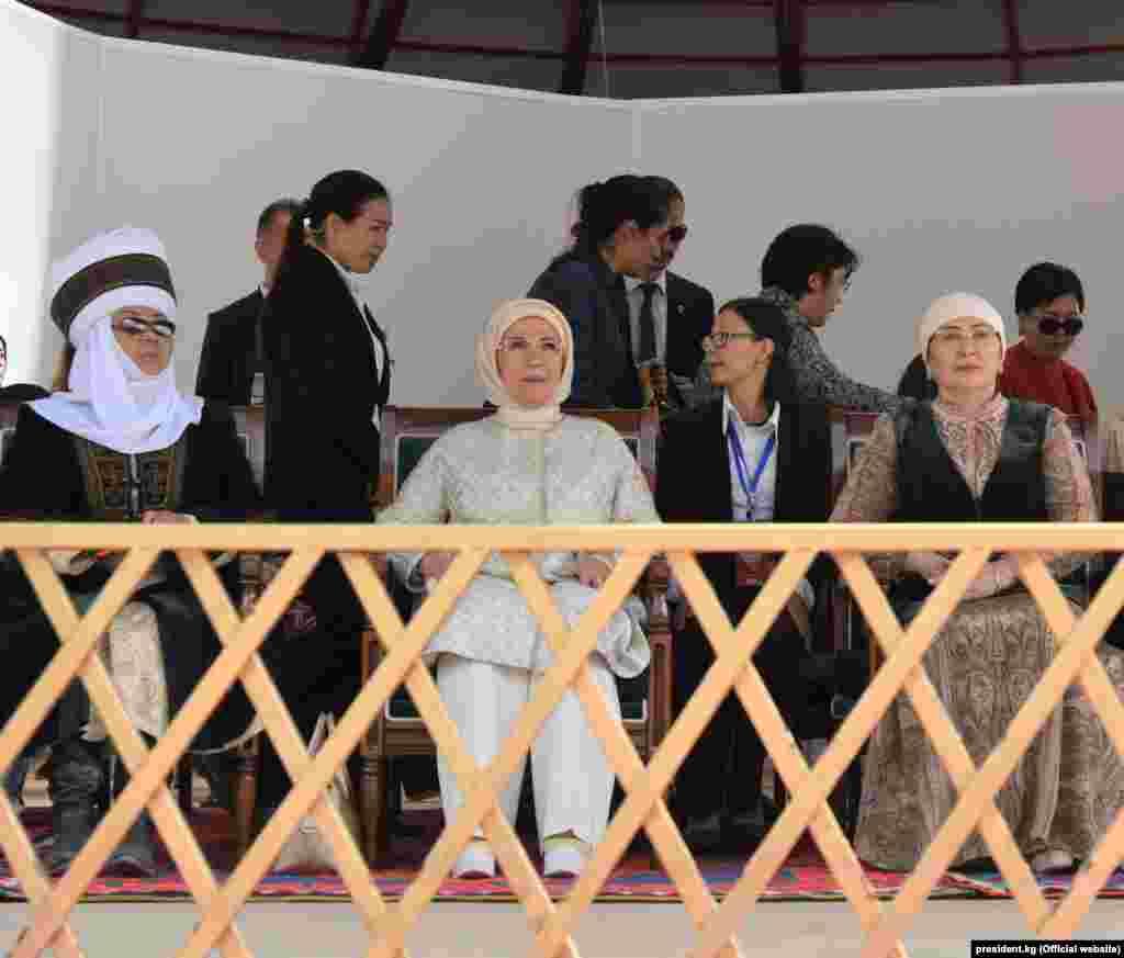 Экс-президент Роза Отунбаева, первая леди Турции Эмине Эрдоган и супруга президента Кыргызстана Айгуль Токоева.