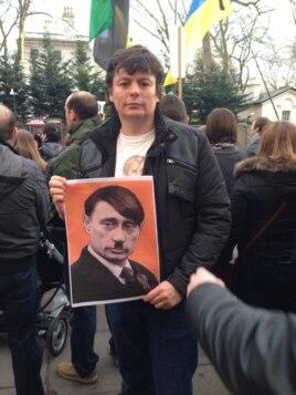 Андрій Сидельников на лондонській акції протесту проти російської агресії в Україні