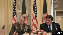 Ауғанстанның қорғаныс министрі генерал Абдул Рахим Вардак пен АҚШ күштерінің командирі генерал Джон Ален. Кабул, 8 сәуір 2012 жыл.