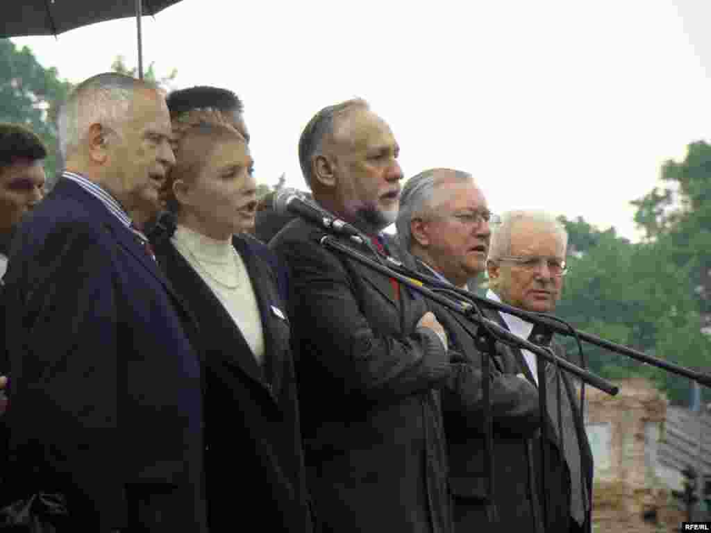 Організатори акції протесту співають Гімн України.