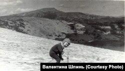 Маленький Павлик Шпинь играет на леднике