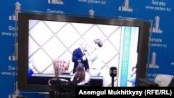 Спикер сената парламента Казахстана Дарига Назарбаева, старшая дочь бывшего президента Казахстана Нурсултана Назарбаева, вручает отцу знак «почётного сенатора». Нур-Султан, 6 июня 2019 года.