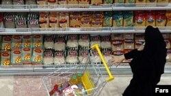 مطالعه خط فقر براساس نياز به کالری نشان می دهد «درصد استفاده از کالری استاندارد در سه سال گذشته روند کاهشی داشته است.»(عکس: فارس)