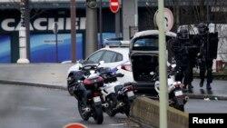 Вооруженные полицейские приближаются к магазину, где удерживались заложники. Париж, 9 января 2015 года.