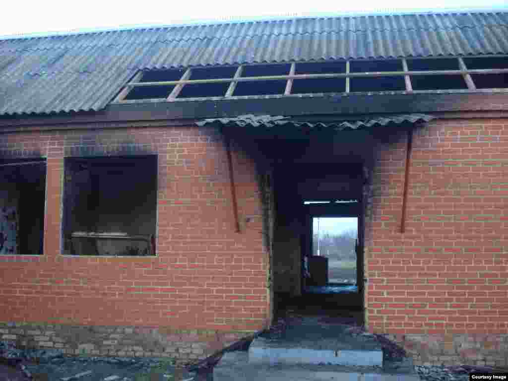 Сожженный дом родственников предполагаемого боевика в Чечне.