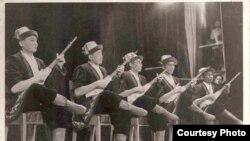 Жамин Акималиев комузчулар ансамбли менен Москвадагы чоң театрдын сахнасында, 1956-жыл