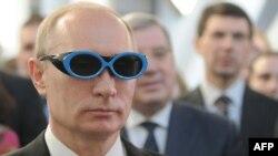 Путин Ресей ғалымдары жасаған көзілдірікті киіп тұр. Ресей, Новосибирск, 17 ақпан 2012 жыл.
